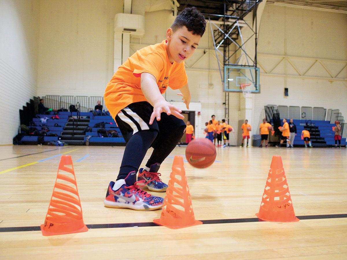 bimbo che si allena a basket